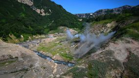 Vale dos geysers Estação de turista na península de Kamchatka Reserva natural de Kronotsky O vídeo da metragem do estoque do verã video estoque