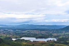 Vale e lago da montanha no dia nebuloso de Tailândia Foto de Stock Royalty Free