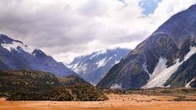 Vale e montanhas imagens de stock