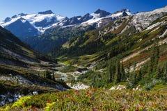 Vale e montanhas Fotos de Stock Royalty Free