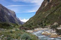Vale e rio da montanha Parque nacional de Huascaran, Cordilheira Fotos de Stock