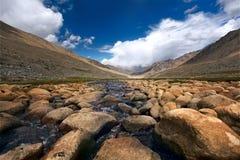 Vale e rio nas montanhas. Himalayas Foto de Stock