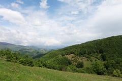 Vale em montanhas do campo em Romênia Foto de Stock