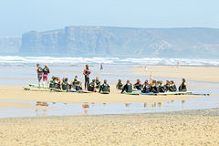 VALE FIGUEIRAS, PORTOGALLO - 16 agosto 2014: Surfisti che fanno i excers Immagini Stock
