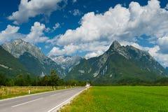 Vale idílico da montanha com estrada foto de stock royalty free