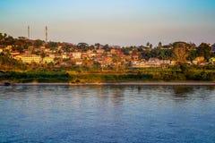 Vale local de Laos ao lado do rio de Khong na etapa da diferença da terra foto de stock