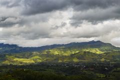 Vale na floresta e paisagem arborizada com nuvens de chuva foto de stock royalty free