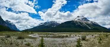 Vale na via pública larga e urbanizada de Icefields - parque nacional de jaspe Foto de Stock Royalty Free