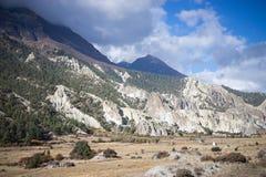 Vale nas montanhas de Himalaya, Nepal Fotografia de Stock Royalty Free