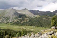 Vale nas montanhas ocidentais de Sayan Foto de Stock