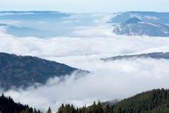 Vale nebuloso da foto aérea nos cumes Fotos de Stock
