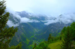 Vale nebuloso da montanha Foto de Stock Royalty Free