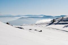 Vale nevado na parte superior da montanha com um céu azul claro em um dia ensolarado fotografia de stock