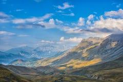 Vale nos cumes no por do sol, céu azul com nuvens, Ecrins, Fran Fotografia de Stock Royalty Free