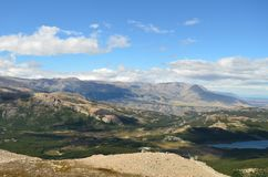 Vale patagonian da floresta em um dia ensolarado imagens de stock royalty free