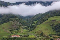 Vale povoado no Cáucaso norte em Rússia imagem de stock