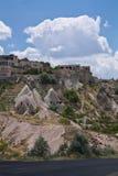 Vale rochoso do arenito do deserto bonito com as casas no céu azul Fotografia de Stock