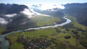Vale superior alto infinito das montanhas da vista com rio da vila video estoque