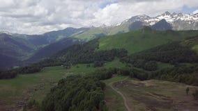 Vale verde com estradas, pedras, volume de água em montanhas da Abkhásia filme