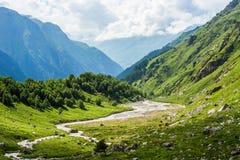 Vale verde da montanha em montanhas de Cáucaso do russo do verão Imagens de Stock Royalty Free
