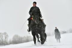 Valea Seaca, Covasna, Rumunia, Luty 24, 2018: Jechać konia podczas gdy na zewnątrz snowing dużo Obrazy Royalty Free