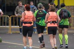 VALENCIA, ESPAÑA - 20 DE NOVIEMBRE DE 2016: Las mujeres que funcionan con la camiseta divertida ponen follo del ` t yo maratón pe Imágenes de archivo libres de regalías