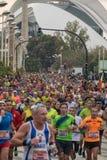 VALENCIA, ESPAÑA - 20 DE NOVIEMBRE DE 2016: Varios corredores que funcionan con la opinión panorámica del maratón el pelotón Foto de archivo