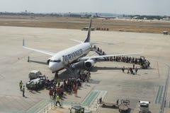 Valencia, España: Pasajeros que suben a un vuelo de Ryanair Fotografía de archivo libre de regalías