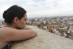 Valencia fa voi domandarsi, la ragazza e la città Fotografie Stock Libere da Diritti