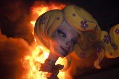 Valencia Fallas, figure enormi brucianti. Immagine Stock