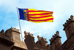 Valencia flagga överst av Lonja de la Seda valencia Arkivbild