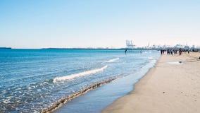 Valencia Ispaniya- 30 de febrero 2016: Gente en el puerto de la playa Foto de archivo libre de regalías