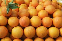 Valencia-Orangen gestapelt auf Markt Lizenzfreie Stockfotografie