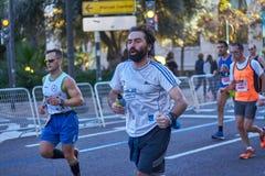 VALENCIA, SPAGNA - 2 DICEMBRE: I corridori fanno concorrenza nel XXXVIII Valencia Marathon il 18 dicembre 2018 a Valencia, Spagna immagini stock