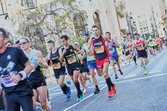VALENCIA, SPAGNA - 2 DICEMBRE: I corridori fanno concorrenza nel XXXVIII Valencia Marathon il 18 dicembre 2018 a Valencia, Spagna immagini stock libere da diritti