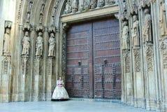 VALENCIA, SPAGNA - 31 GENNAIO 2016: Una ragazza in vestito tradizionale vicino ha decorato le porte della cattedrale di Valencia Immagine Stock Libera da Diritti