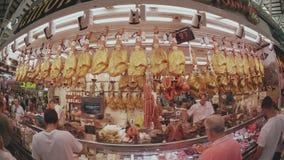 VALENCIA, SPAGNA - 22 SETTEMBRE 2018 la vista della lente dell'Pesce-occhio di jamon ed altre specialità spagnole della carne si  archivi video