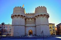 Valencia, Spagna, torri di serrano, bandiera, castello, parete mediaval di Valencia fotografia stock libera da diritti