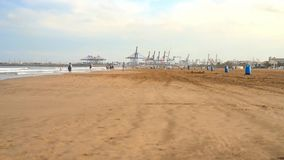 Valencia Spain 11 Oktober, 2018: Mensen op het strand Valencia Spain van La Malvarrosa stock video