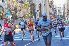 VALENCIA, SPANIEN - 2. DEZEMBER: Läufer konkurrieren in dem XXXVIII Valencia Marathon am 18. Dezember 2018 in Valencia, Spanien stockbilder
