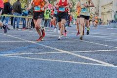 VALENCIA, SPANIEN - 2. DEZEMBER: Läufer konkurrieren in dem XXXVIII Valencia Marathon am 18. Dezember 2018 in Valencia, Spanien lizenzfreie stockbilder