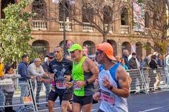 VALENCIA, SPANIEN - 2. DEZEMBER: Läufer konkurrieren in dem XXXVIII Valencia Marathon am 18. Dezember 2018 in Valencia, Spanien stockfotografie