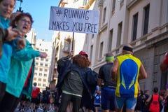 VALENCIA, SPANIEN - 2. DEZEMBER: Läufer rütteln Hände mit Teilnehmern an dem XXXVIII Valencia Marathon am 18. Dezember 2018 in Va stockbild