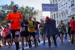 VALENCIA, SPANIEN - 2. DEZEMBER: Läufer rütteln Hände mit Teilnehmern an dem XXXVIII Valencia Marathon am 18. Dezember 2018 in Va lizenzfreies stockfoto