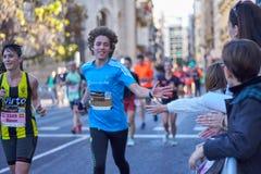 VALENCIA, SPANIEN - 2. DEZEMBER: Läufer rütteln Hände mit Teilnehmern an dem XXXVIII Valencia Marathon am 18. Dezember 2018 in Va lizenzfreies stockbild