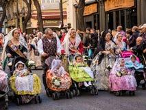 Valencia, Spanien, Fallas-Parade mit Falleras stockbild