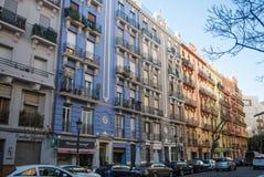 VALENCIA SPANIEN - FEBRUARI 01, 2016: Ljusa kulöra byggnader på gatan av Valencia Royaltyfria Bilder