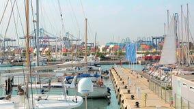 Valencia, Spanien, 2018-09-12: Hafen von Valencia, in dem Segelboote und Yachten lokalisiert werden Morgen im Porttouristenort stock footage