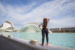 Valencia Spanien, Januari, 02, 2018, tillbaka sikt av kvinnaanseendet på bakgrunden av den Hemisferic byggnaden Stad av Arkivfoto