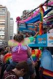 Valencia, Spanien - 16. Juni 2018: Ein M?dchen mit Schmetterlingsfl?geln auf ihr die Fl??e des homosexuellen Stolzes zur?ck aufpa lizenzfreies stockbild